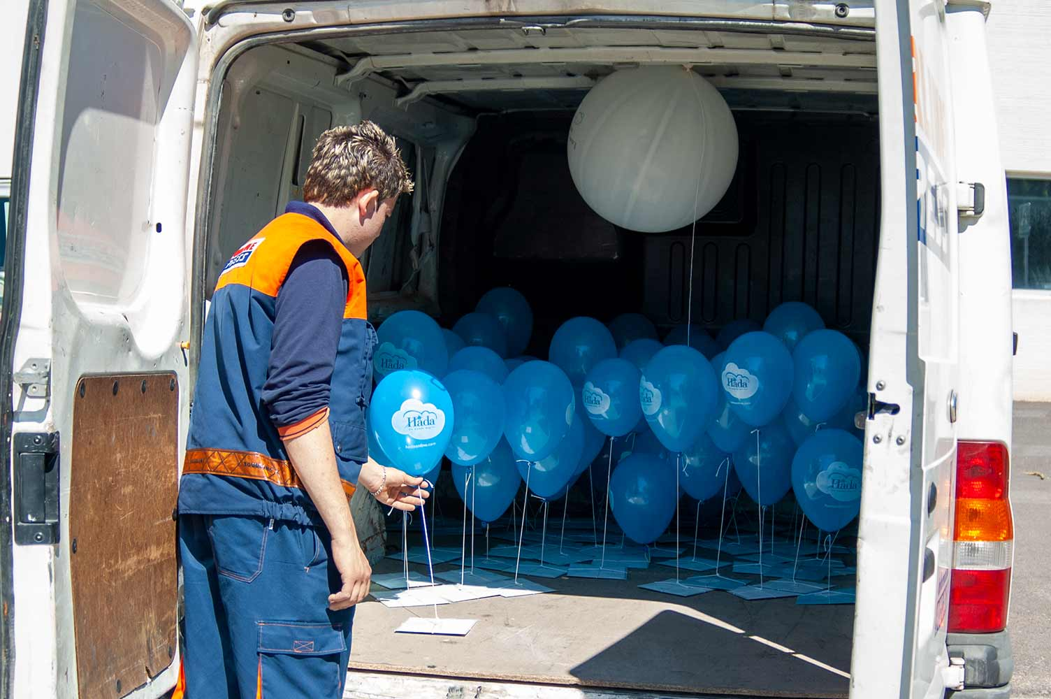 Interior furgoneta de raparto con mensajes con globos de helio
