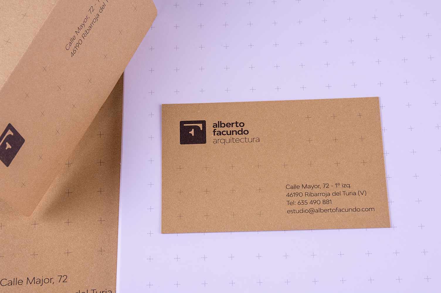 Diseño de marca en papelería impresa sobre papel kraft